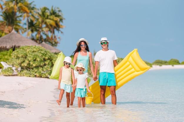 Szczęśliwa rodzina na plaży podczas wakacje