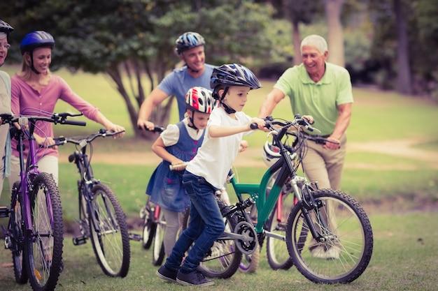 Szczęśliwa rodzina na rowerze w parku