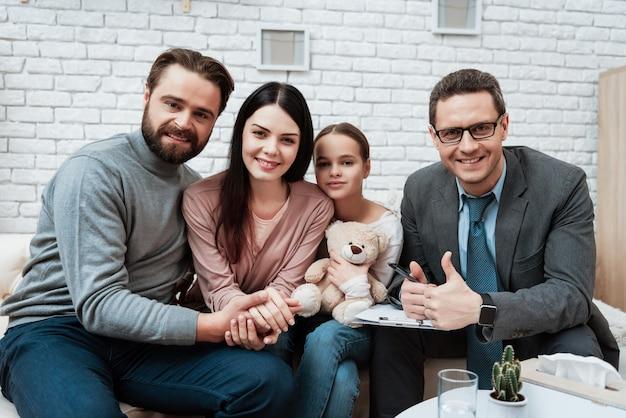 Szczęśliwa rodzina na sesji terapii psychologicznej