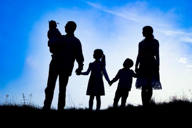 Szczęśliwa rodzina na sylwetka natura