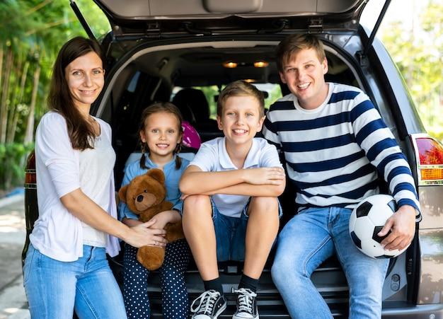 Szczęśliwa rodzina na wycieczce samochodowej