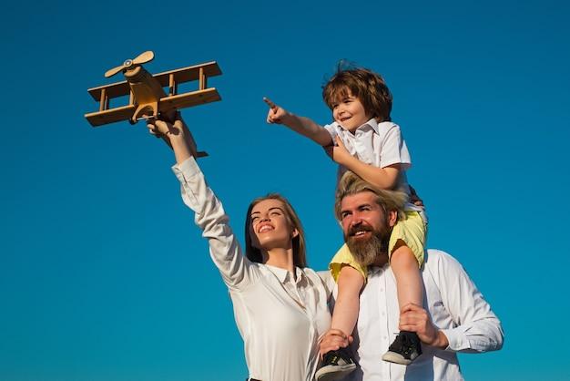 Szczęśliwa rodzina na zewnątrz ojciec matka i syn cieszą się życiem rodzica i rodzicielstwa