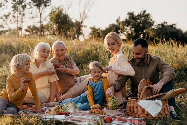 Szczęśliwa rodzina na zewnątrz pełny strzał