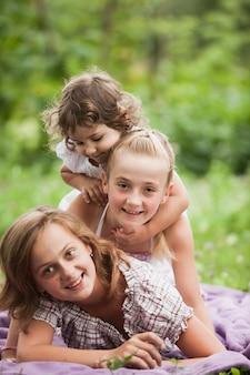 Szczęśliwa rodzina na zielonej trawie w ogrodzie