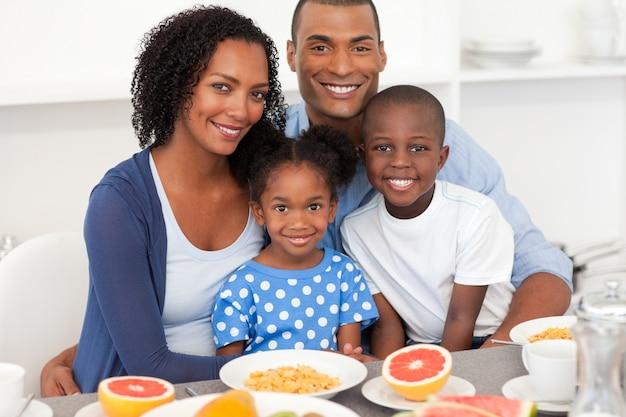 Szczęśliwa rodzina o zdrowe śniadanie