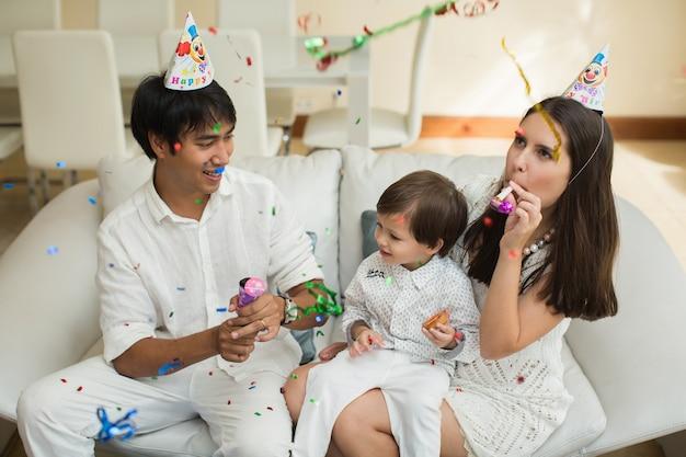 Szczęśliwa rodzina obchodzi urodziny syna