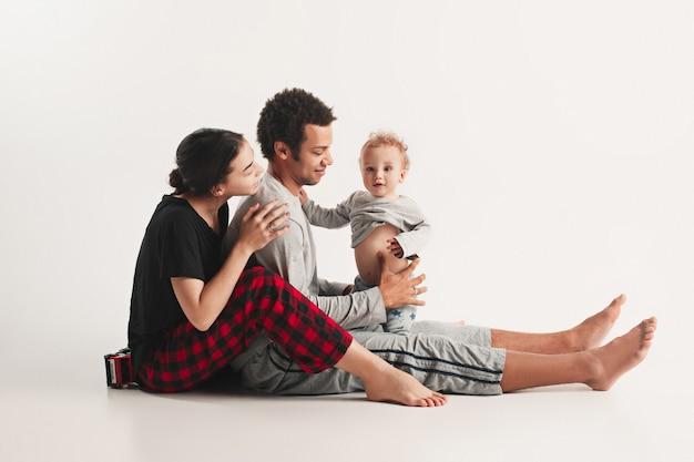 Szczęśliwa rodzina obejmując
