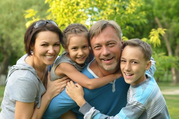 Szczęśliwa rodzina odpoczywa w letnim parku