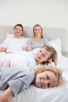 Szczęśliwa rodzina odpoczywa