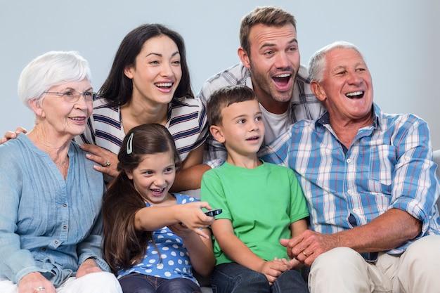 Szczęśliwa rodzina ogląda telewizję