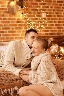 Szczęśliwa rodzina, ojciec, matka i dziecko na boże narodzenie rano w sypialni, grając i baw się dobrze