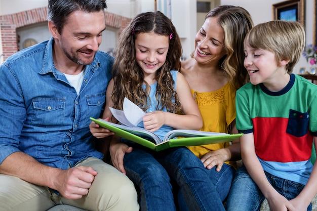 Szczęśliwa rodzina patrząc na album ze zdjęciami