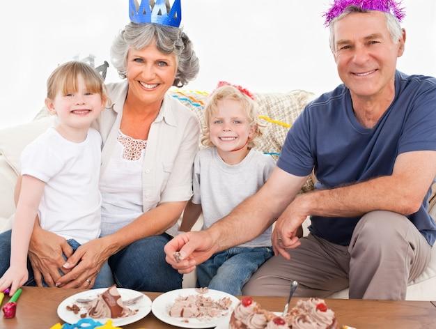 Szczęśliwa rodzina patrząc na kamery na urodziny