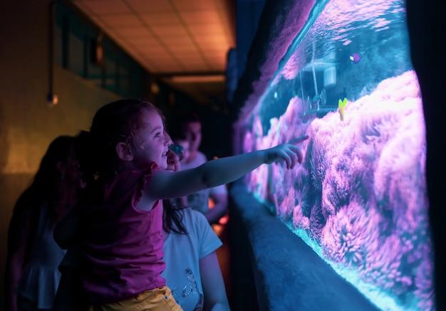 Szczęśliwa rodzina patrząc na ryby