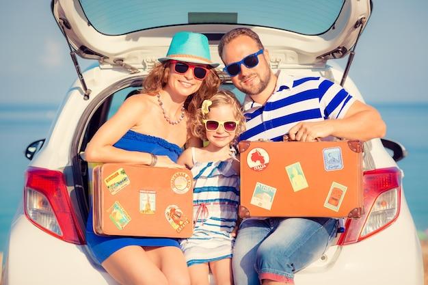 Szczęśliwa rodzina podróż samochodem ludzie bawią się na plaży koncepcja letnich wakacji