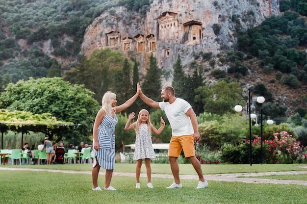 Szczęśliwa rodzina podróż samochodem. ludzie bawią się w górach. ojciec, matka i dziecko na wakacjach.