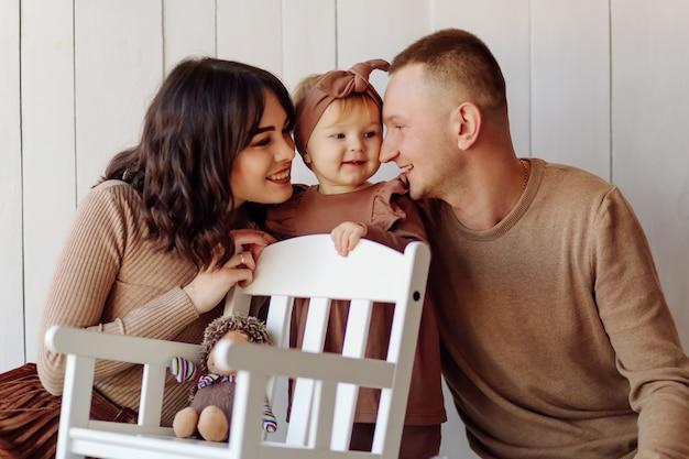 Szczęśliwa rodzina pozowanie