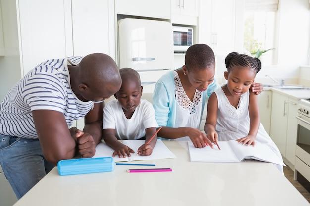 Szczęśliwa rodzina pracuje razem