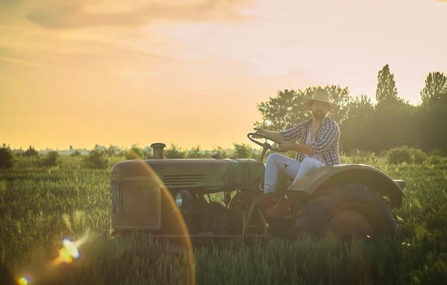 Szczęśliwa rodzina przedstawiona w scenie codziennego życia na wiejskim polu o zachodzie słońca