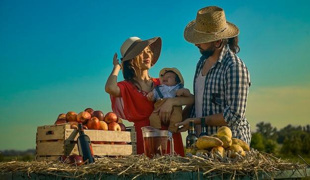 Szczęśliwa rodzina przedstawiona w scenie codziennego życia na wsi o zachodzie słońca
