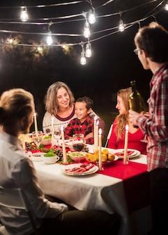 Szczęśliwa rodzina przy boże narodzenie gościem restauracji