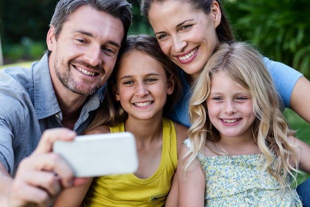 Szczęśliwa rodzina przy selfie