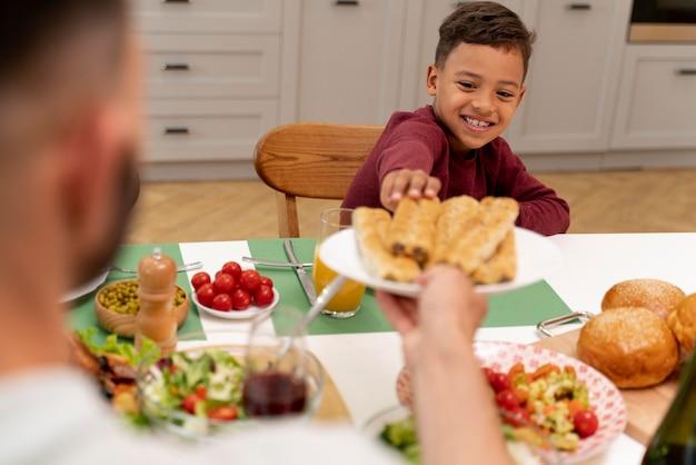 Szczęśliwa rodzina przy wspólnym obiedzie