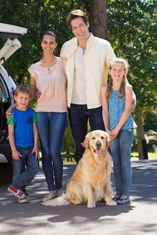 Szczęśliwa rodzina przygotowuje się na podróż