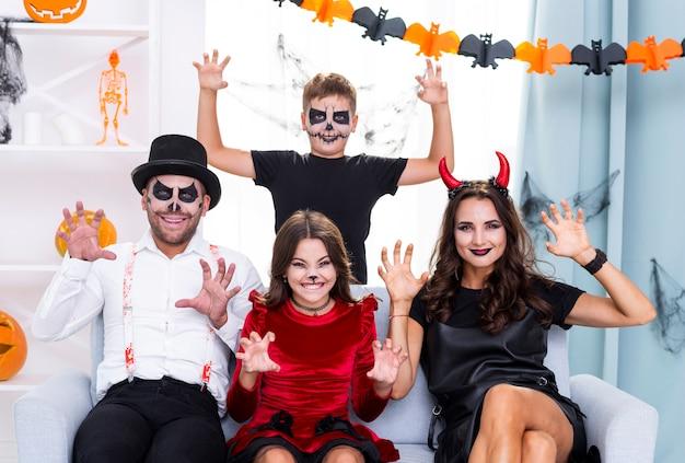 Szczęśliwa rodzina przygotowywająca na halloween