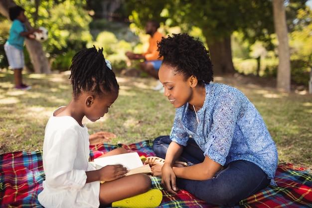 Szczęśliwa rodzina razem czytająca