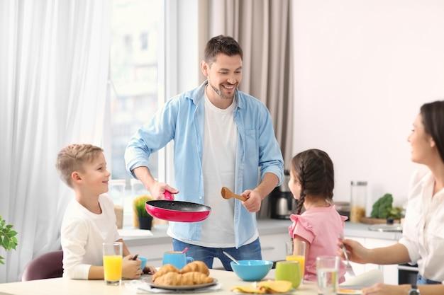 Szczęśliwa rodzina razem jedząc śniadanie w kuchni