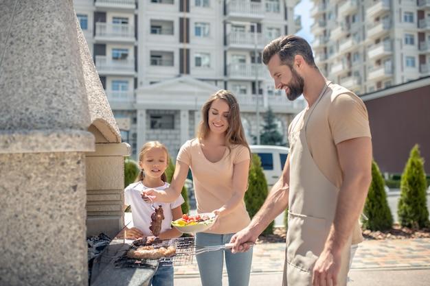 Szczęśliwa rodzina razem na grillu