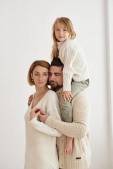 Szczęśliwa rodzina razem odpoczywać