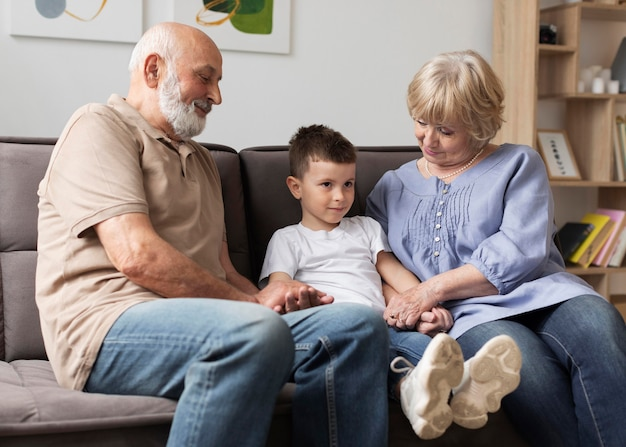 Szczęśliwa rodzina razem siedzi na kanapie