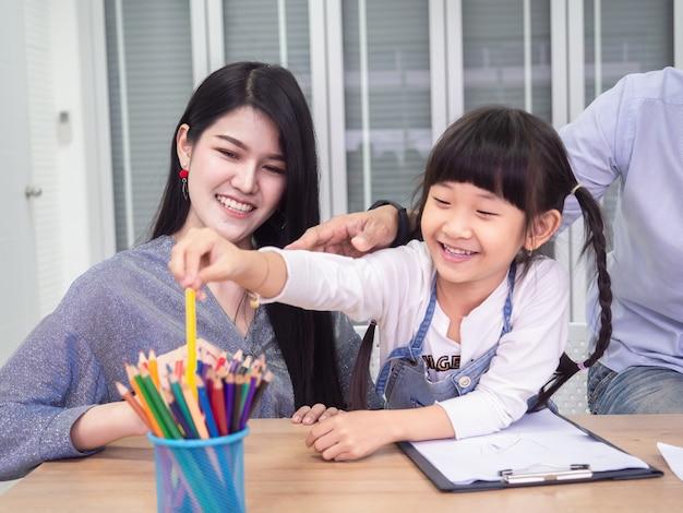 Szczęśliwa rodzina robi działania razem, dzieci rysują, koncepcja rodziny