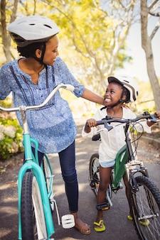 Szczęśliwa rodzina robi rower