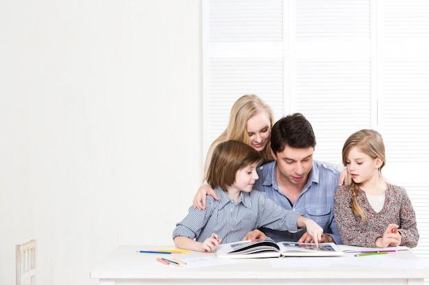 Szczęśliwa rodzina rodzice i dzieci są razem zaangażowani