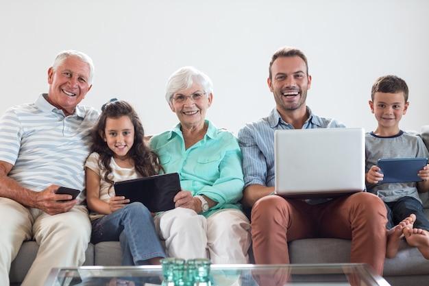 Szczęśliwa rodzina siedzi na kanapie