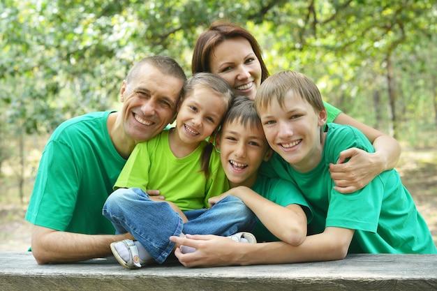 Szczęśliwa rodzina siedzi przy drewnianym stole
