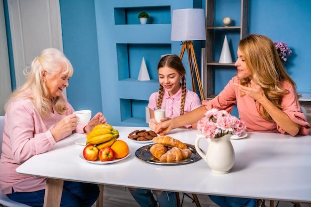 Szczęśliwa rodzina śniadanie rano w domu