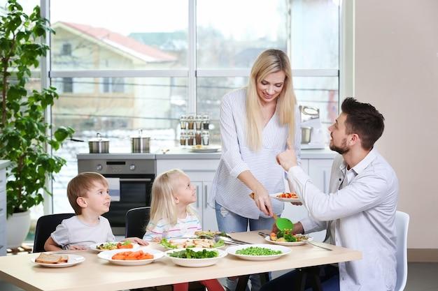 Szczęśliwa rodzina śniadanie w domu