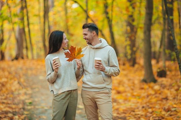 Szczęśliwa rodzina spaceru w parku jesień w słoneczny dzień jesieni