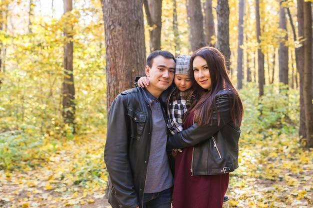 Szczęśliwa rodzina spaceru w parku jesień