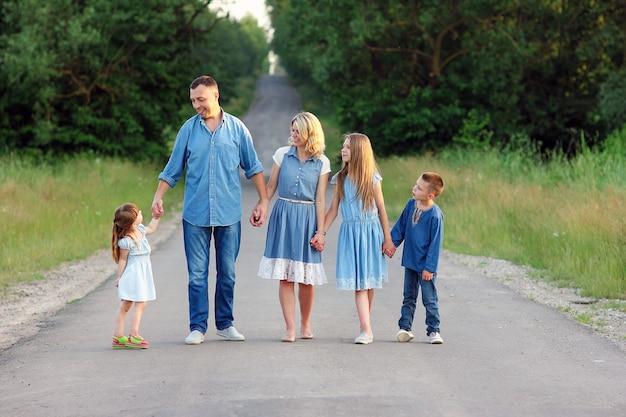 Szczęśliwa rodzina spacerująca po drodze koncepcja radość związek szczęście