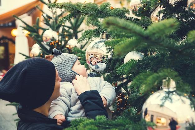 Szczęśliwa rodzina spędza czas na świętach bożego narodzenia i nowego roku na starym mieście w salzburgu w austrii