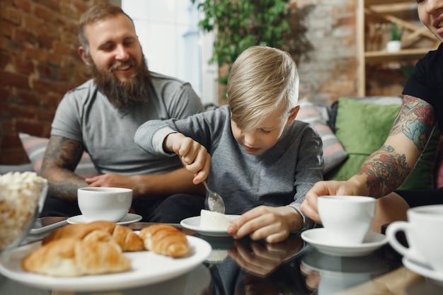 Szczęśliwa rodzina spędza czas w domu razem. baw się, wyglądaj wesoło i uroczo.