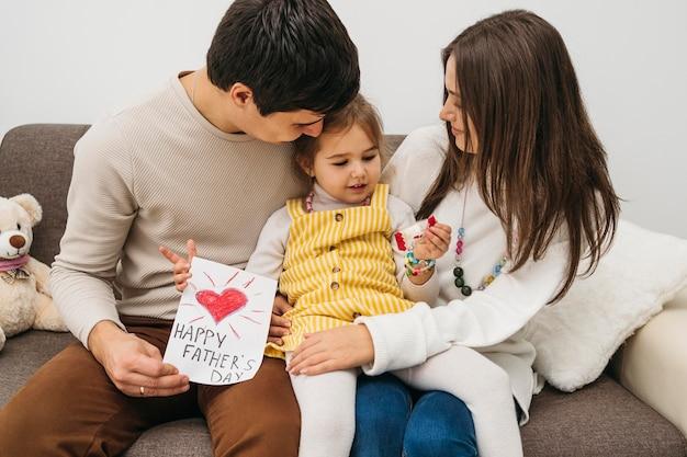 Szczęśliwa rodzina spędza razem czas w domu