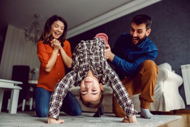 Szczęśliwa rodzina spędza razem wspaniały czas