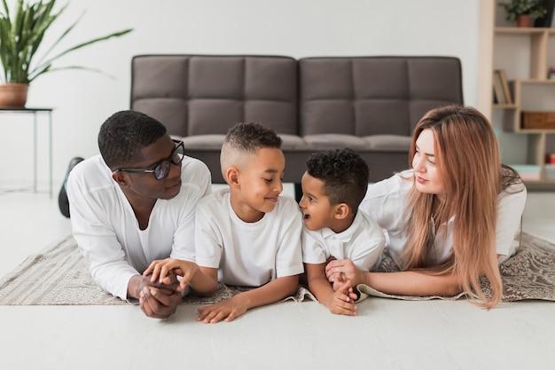 Szczęśliwa rodzina spędzać czas razem na podłodze