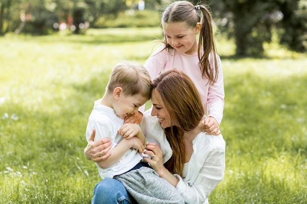 Szczęśliwa rodzina spędzać czas w parku